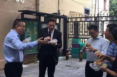 马斯克上海街头吃煎饼果子